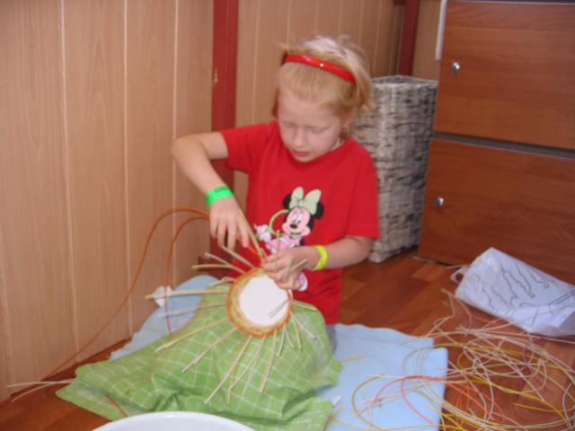 Natálka (7 rokov) sa učí pliesť košík